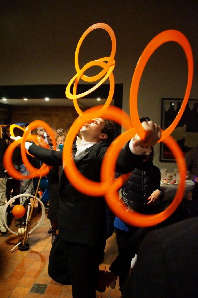 Serveur jongleur le cirque du bout du monde - Image jongleur cirque ...